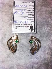 Золотые серьги с зеленым камнем